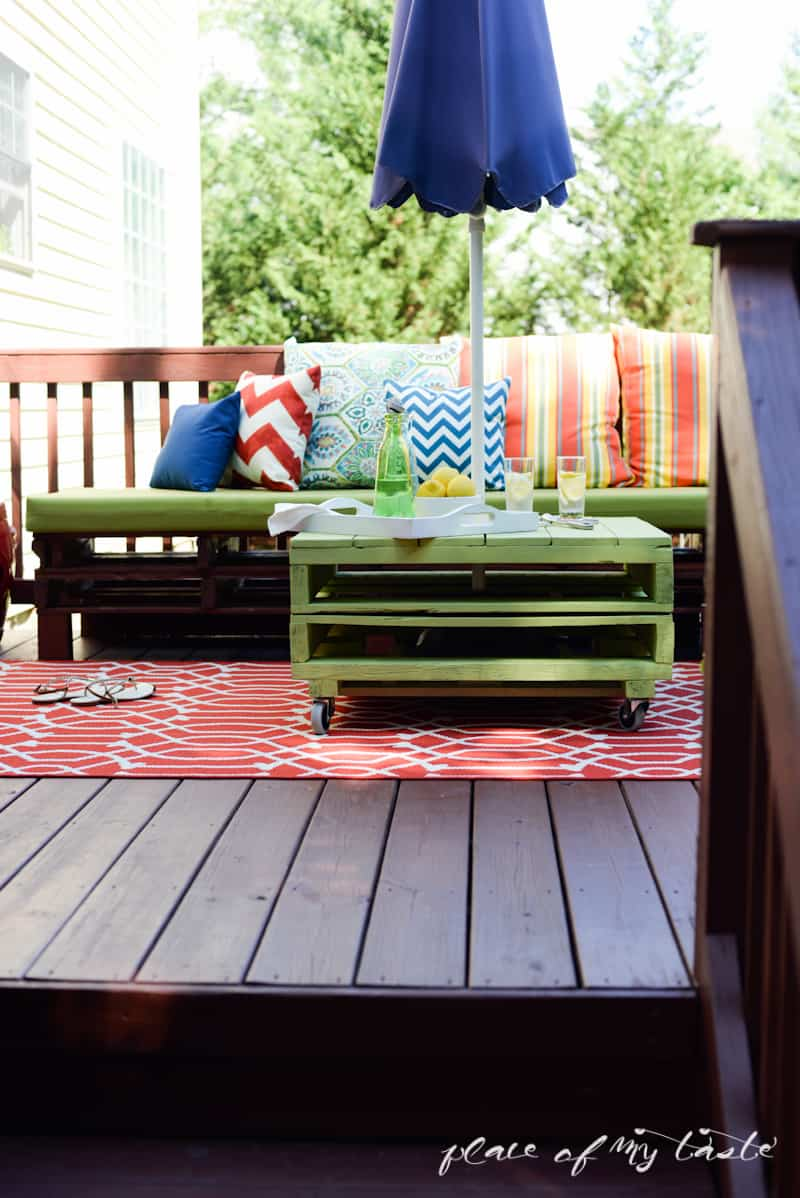 Pallet patio sectional - Diy Pallet Furniture Patio Makeover Www Placeofmytaste Com